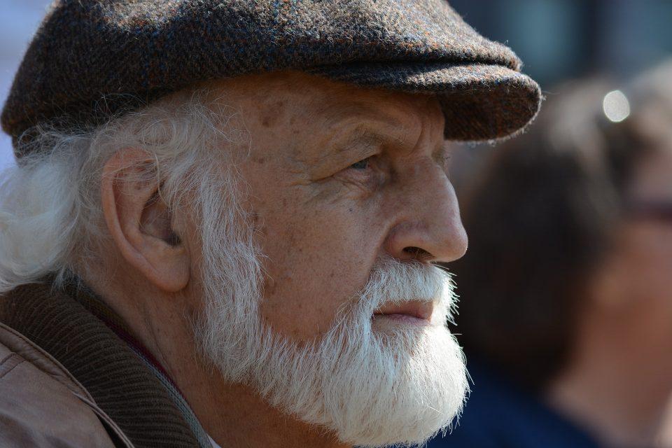 La barba bianca e le attenzioni  richieste